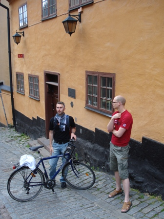 CouchSurfing guides outside Bellman\'s house