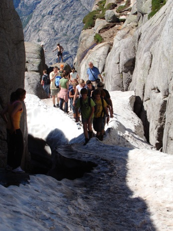 Before bolten, you have to pass a slippery and narrow snow crest. The narrowest 5 meter is only about 30 cm in width.